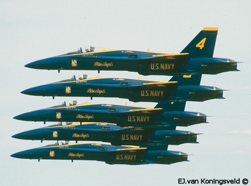 三、法国法兰西巡逻兵飞行表演队 法国空军的法兰西巡逻兵飞行表演队正式成立于1964年2月。飞行表演队的飞机涂着同法国国旗一样的红、白、蓝三种颜色,机群在空中做飞行表演时也常常把着三种颜色的烟迹留在空中。它象征着自由(红色)、民主(白色)、博爱(蓝色),体现了法国人民勇敢、浪漫的传统和对未来美好的愿望。实际上,法国的航空表演活动在世界上式历史最悠久的,是国际上公认的老牌航空表演大国。1931年,法国成立了由3架莫拉纳.