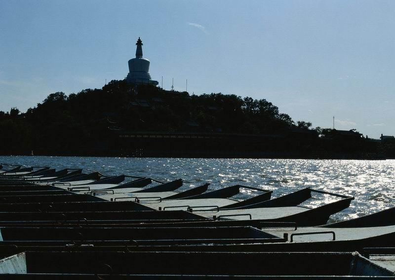 """北京北海公园的正门,抬头即可仰望出类独秀的白塔;"""""""