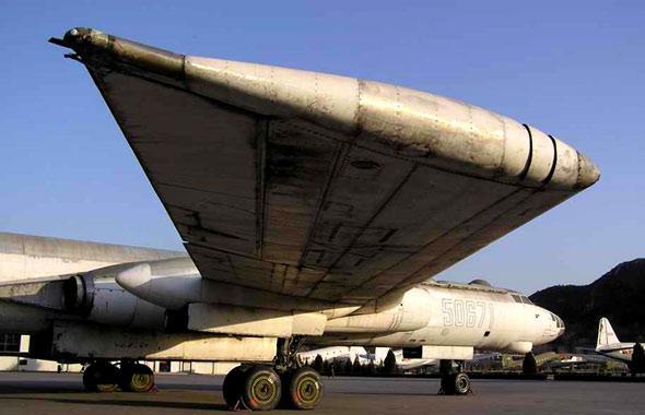 在20世纪50年代,有一头曾经引人注目的獾,这就是学名叫图-16的喷气式轰炸机。它是由当时的苏联图波列夫设计局设计的。   该公司主要设计轰炸机和运输机。1950年,它开始研制图-16轰炸机。1952年第一架原型机首次试飞,1955年正式交付使用。   该机采用两台图曼采夫涡轮喷气发动机,细长流线型机身,后掠机翼,平尾和垂尾都有较大后掠角。该机身中段有6.